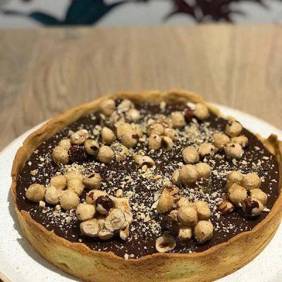 Νηστίσιμη τάρτα σοκολάτας με ταχίνι, γάλα καρύδας και καραμελωμένα φουντούκια